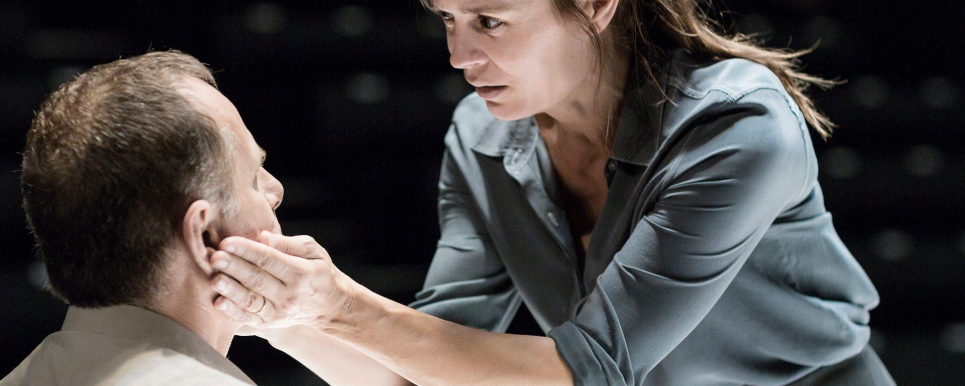 """Caroline Proust في مسرحية """"نظرة من الجسر"""". حقوق الصورة محفوظة للمصوّر Jan Versweyveld."""